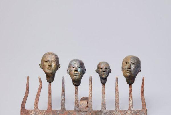 Plastiken aus Ton auf Rechen frontal